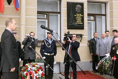 Vladimir_Putin_8_June_2002-4.jpg
